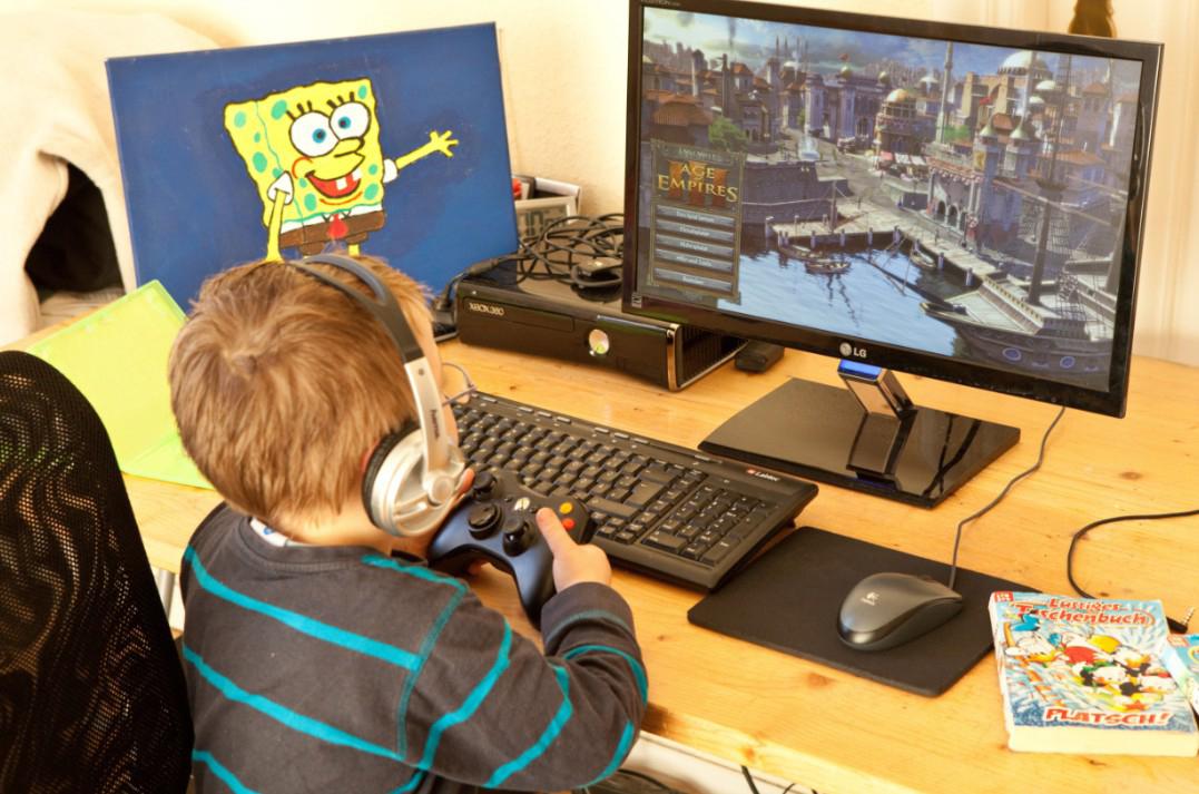 Abbildung 2: Kleinkind mit Computerspiel. Foto: LJS. Alle Rechte frei in Verbindg. mit Elterntalk Niedersachsen.